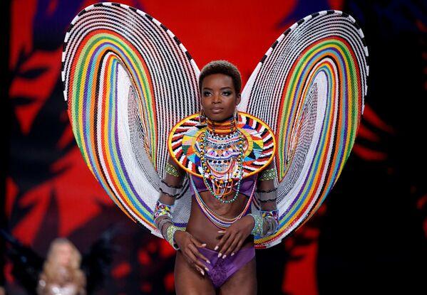 Модель Мария Боргес во время шоу Victoria's Secret в Шанхае, Китай - Sputnik Азербайджан