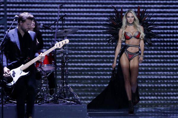 Модель Кэндис Сванепул во время шоу Victoria's Secret в Шанхае, Китай - Sputnik Азербайджан