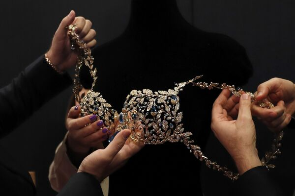 Бюстгальтер стоимостью 2 млн долларов до начала шоу Victoria's Secret в Шанхае, Китай - Sputnik Азербайджан