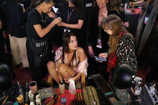 Модель Белла Хадид во время подготовки к шоу Victoria's Secret в Шанхае, Китай - Sputnik Азербайджан