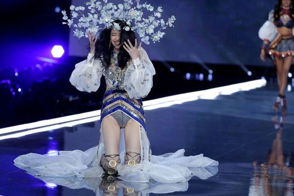 Модель Мин Си во время падения на шоу Victoria's Secret в Шанхае, Китай - Sputnik Азербайджан