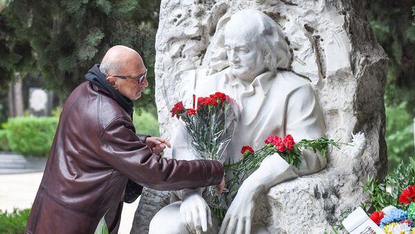 Церемония почтения памяти композитора, народного артиста Азербайджана Фикрета Амирова на Аллее почетного захоронения в Баку - Sputnik Азербайджан