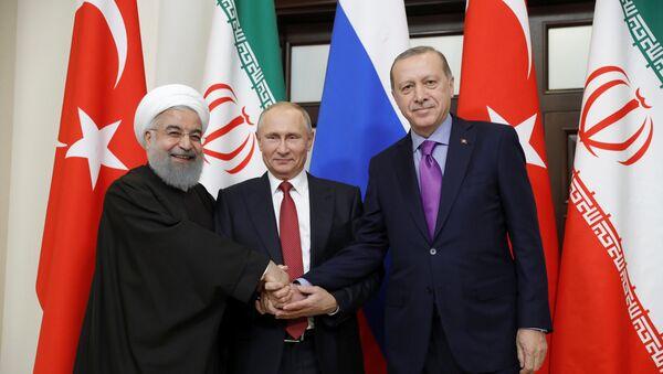 Президенты Ирана, России и Турции в ходе встречи в Сочи, 22 ноября 2017 года - Sputnik Азербайджан
