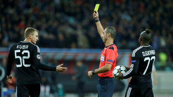 Судья показывает красную карточку Рашаду Садыгову / - Sputnik Азербайджан