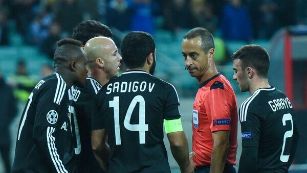 Спорный момент удаления капитана Карабаха Рашада Садыхова - Sputnik Азербайджан