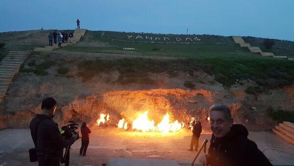 Команда израильской телепередачи Open Skies у природного вечного огня Янардаг (горящая гора) - Sputnik Азербайджан