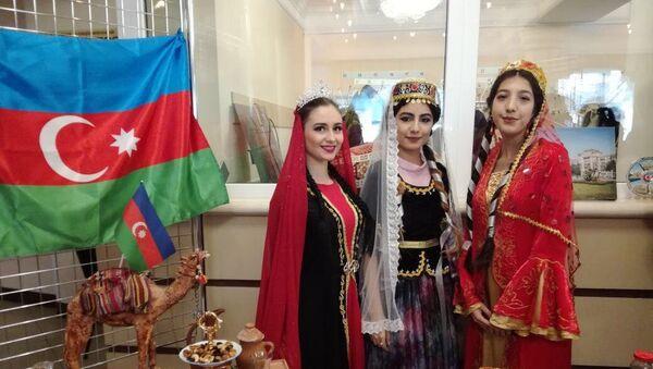 Гости международного проекта были в восторге от представленных яств азербайджанской участницы - Sputnik Азербайджан