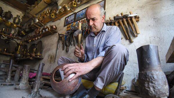 Мастер-чеканщик в Лагиче - Sputnik Азербайджан