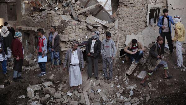 Səudiyyə Ərəbistanında yerləşən Müdafiə Nazirliyi kompleksi yaxınlığında baş verən hava hücumundan sonra bir yerə toplaşan insanlar - Sputnik Azərbaycan