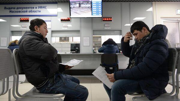 Иностранные граждане получают трудовой патент в Едином миграционном центре Московской области, фото из архива - Sputnik Азербайджан