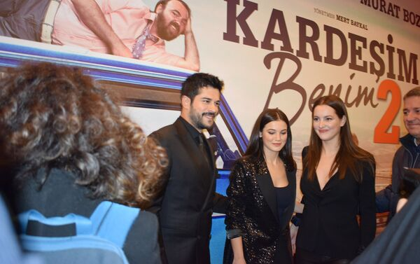 Бурак Озчивит на премьере второй части фильма Kardeşim benim в Park Cinema Flame Towers - Sputnik Азербайджан