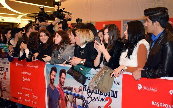 Фанаты на премьере второй части фильма Kardeşim benim в Park Cinema Flame Towers - Sputnik Азербайджан