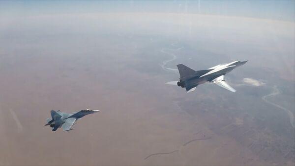 Атака бомбардировщиков Ту-22М3 на позиции террористов в Сирии - Sputnik Азербайджан