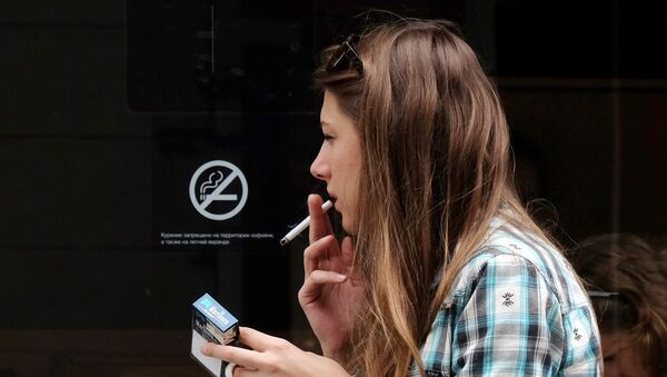 Девушка курит у входа в кофейню - Sputnik Азербайджан