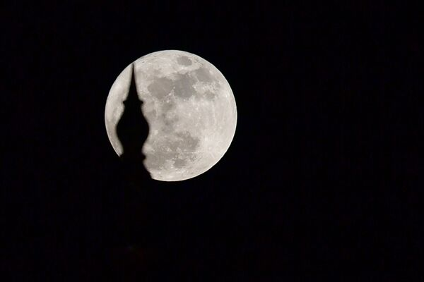 Суперлуние в ночь с 3 на 4 декабря 2017 года - Sputnik Азербайджан
