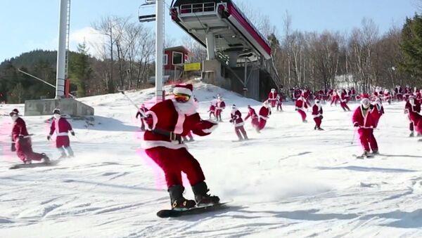 Массовый лыжный забег Санта-Клаусов в США - Sputnik Азербайджан