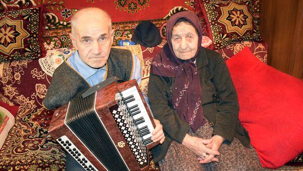 Aydın Mustafayev anası Fatma xanım ilə - Sputnik Azərbaycan
