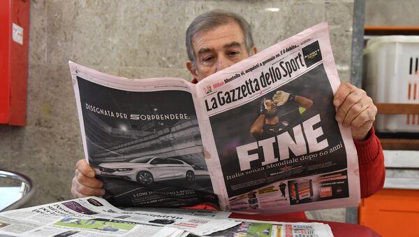 Мужчина читает итальянскую спортивную газету Gazetta dello Sport, фото из архива - Sputnik Азербайджан