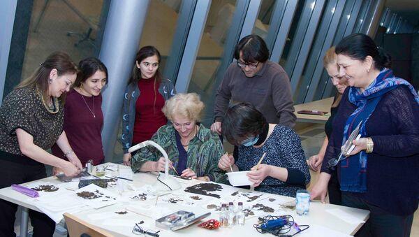 В музее ковра восстановлены фрагменты ткани, предположительно датирующиеся III-V веками - Sputnik Азербайджан