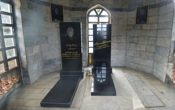 Могилы отца и матери Гаджи Мамедова в семейном склепе - Sputnik Азербайджан