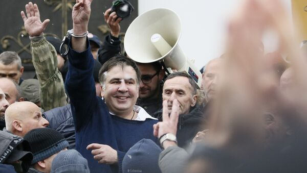 Михаил Саакашвили после освобождения его сторонниками в центре Киева 5 декабря 2017 года - Sputnik Azərbaycan