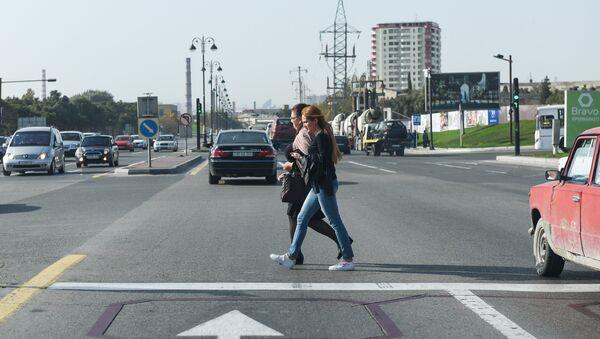 Люди переходят дорогу в неположенном месте, фото из архива - Sputnik Азербайджан