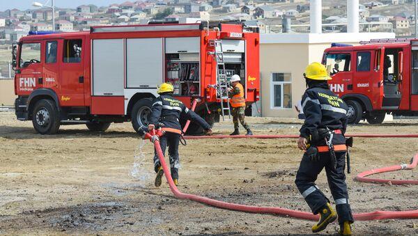 Тушение пожара, фото из архива - Sputnik Azərbaycan