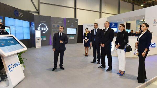 Президент Азербайджана Ильхам Алиев ознакомился с выставкой Bakutel-2017 - Sputnik Азербайджан