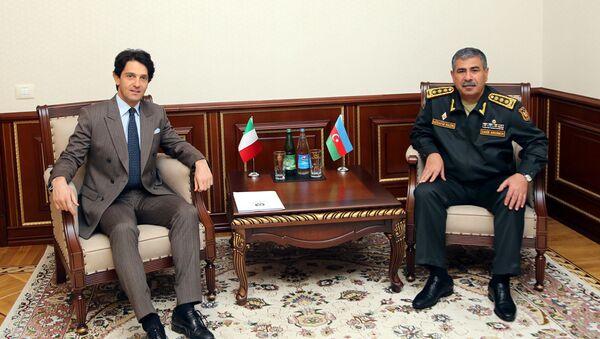Министр обороны Азербайджанской Республики генерал-полковник Закир Гасанов встретился с чрезвычайным и полномочным послом Итальянской Республики в нашей стране Аугусто Массари - Sputnik Азербайджан
