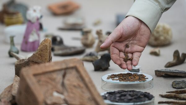 Археолог за работой, архивное фото - Sputnik Азербайджан