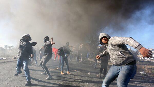 Участники протестов на территории Рамаллы в Палестине против решения США о признании Иерусалима столицей Израиля - Sputnik Азербайджан