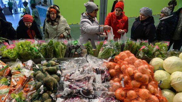 Продажа зелени и овощей на одном из рынков Новосибирска, фото из архива - Sputnik Азербайджан