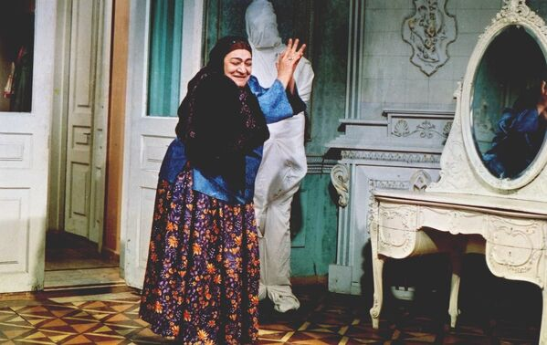 Образ Джаннет халы в фильме Гайнана (Свекровь) является визитной карточкой народной артистки Насибы Зейналовой. Эта актриса, пожалуй, единственная любимая всеми свекровь в Азербайджане. - Sputnik Азербайджан