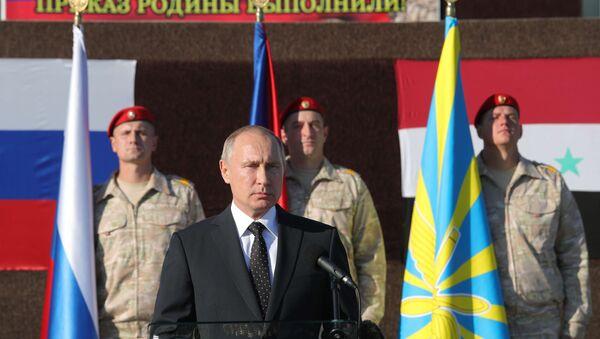Президент РФ Владимир Путин во время посещения авиабазы Хмеймим в Сирии, 11 декабря 2017 года - Sputnik Азербайджан