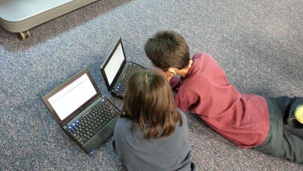 Дети за компьютером, фото из архива - Sputnik Азербайджан