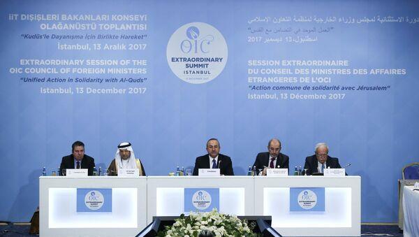 Министр иностранных дел Турции Мевлют Чавушоглу выступает на заседании Совета министров иностранных дел Организации Исламского сотрудничества (ОИК) в Стамбуле, Турция, 13 декабря 2017 года - Sputnik Azərbaycan