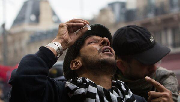 Мужчина закапывает глазные капли, фото из архива - Sputnik Азербайджан