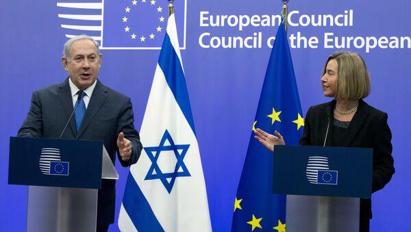 Премьер-министр Израиля Беньамин Нетаньяху во время совместной пресс-конференции с Верховным представителем Европейского союза Федерикой Могерини на заседании Совета ЕС в Брюсселе, 11 декабря 2017 года - Sputnik Азербайджан