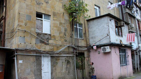 Общежитие на проспекте Бабека медленно разрушается - Sputnik Азербайджан