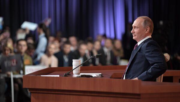 Президент РФ Владимир Путин во время большой ежегодной пресс-конференции - Sputnik Azərbaycan
