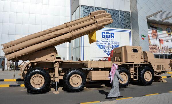 Российская ракетная система залпового огня Смерч на международной выставке вооружения и военной техники Gulf Defence & Aerospace-2017 в Эль-Кувейте - Sputnik Азербайджан