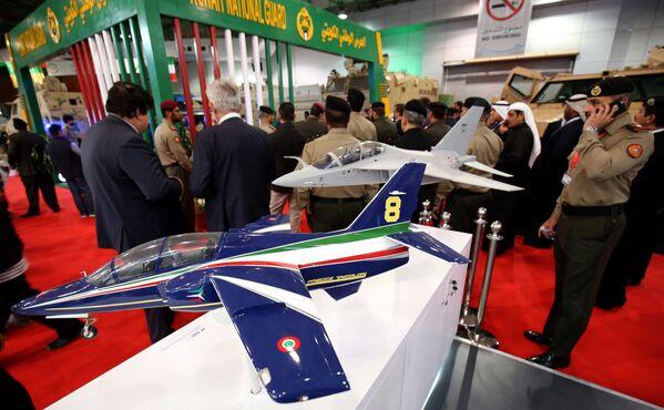 Модели итальянского учебно-тренировочный самолета Aermacchi на международной выставке вооружения и военной техники Gulf Defence & Aerospace-2017 в Эль-Кувейте - Sputnik Азербайджан