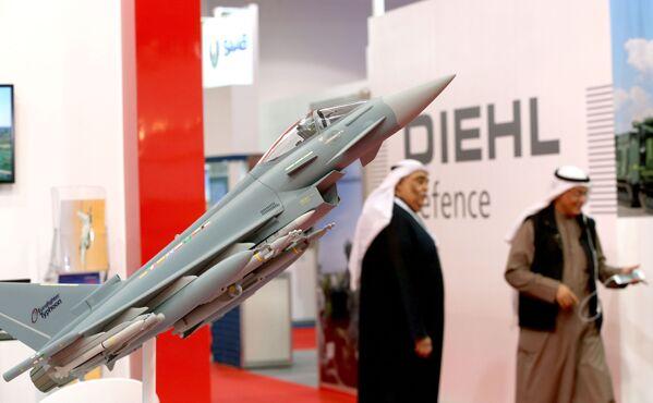 Модель многоцелевого истребителя Eurofighter Typhoon на международной выставке вооружения и военной техники Gulf Defence & Aerospace-2017 в Эль-Кувейте - Sputnik Азербайджан