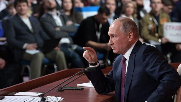 Президент РФ Владимир Путин на ежегодной большой пресс-конференции в Центре международной торговли на Красной Пресне - Sputnik Азербайджан