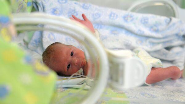 Ребенок в педиатрическом отделении патологии новорожденных и недоношенных детей, фото из архива - Sputnik Азербайджан