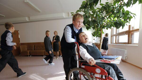 Ученик 5-го класса среднеобразовательной школы № 1161, инвалид детства Кирилл Дроздков - Sputnik Азербайджан