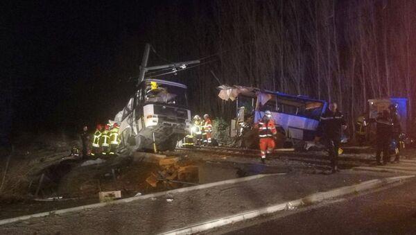 Спасатели на месте столкновения поезда со школьным автобусом в Милласе, Франция, 14 декабря 2017 года - Sputnik Азербайджан