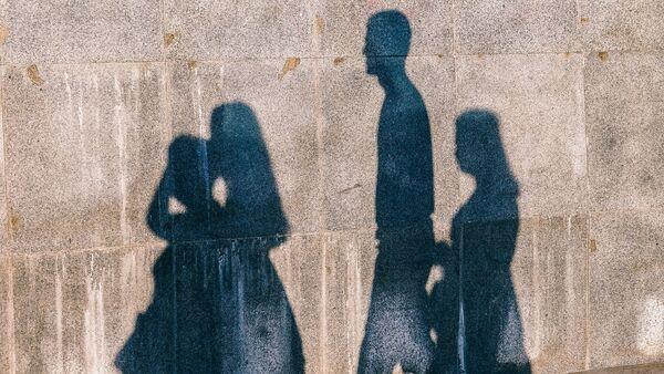 Тени людей на стене, фото из архива - Sputnik Азербайджан