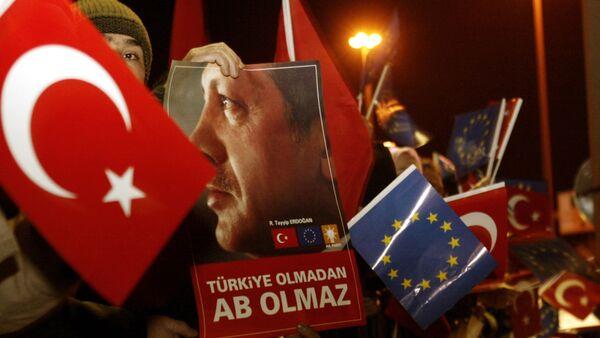 Люди с флагами Турции и с флагами ЕС, во время прибытия президента Турции Реджеп Тайип Эрдогана в международный аэропорт Ататюрка в Стамбуле, 18 декабря 2004 года - Sputnik Азербайджан