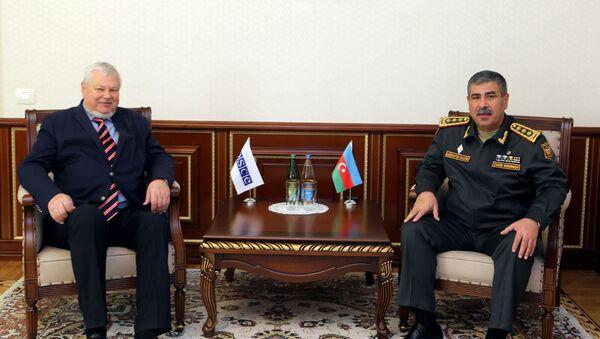 Министр обороны Азербайджана генерал-полковник Закир Гасанов и личный представитель действующего председателя ОБСЕ Анджей Каспшик во время встречи, Баку, 19 декабря 2017 года - Sputnik Азербайджан
